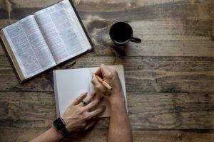 手帳とコーヒーカップ